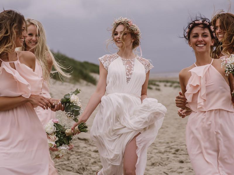 Brautjungfern um Braut