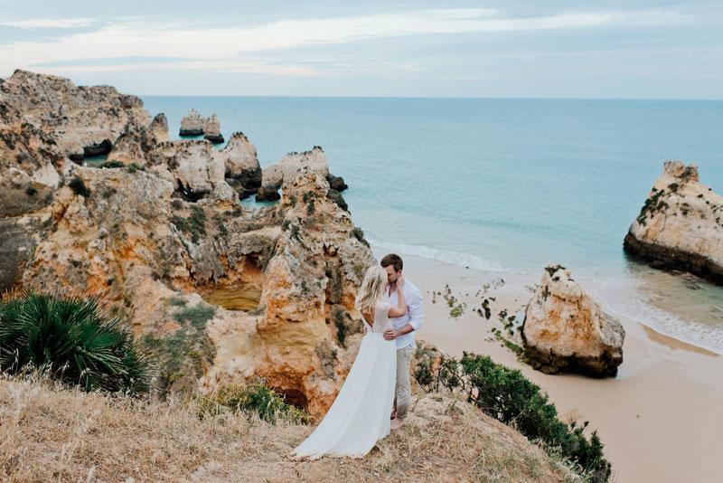 Küssendes Paar nach Hochzeit am Strand