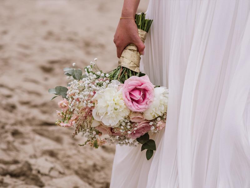 Brautstrauss gehalten von Braut