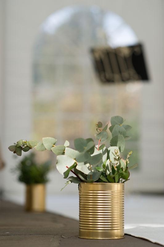 goldene Blechdose mit Blumen