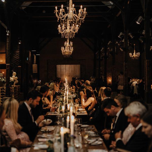 Hochzeitsgesellschaft an langer Tafel