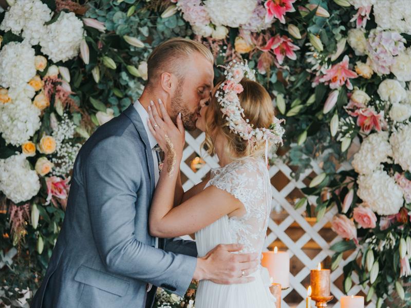Küssendes Paar nach Hochzeitszeremonie