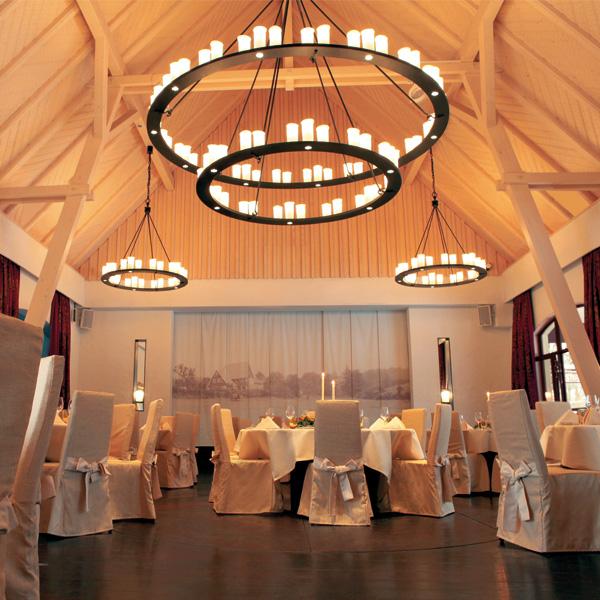 Hochzeitsscheune mit runden Tischen