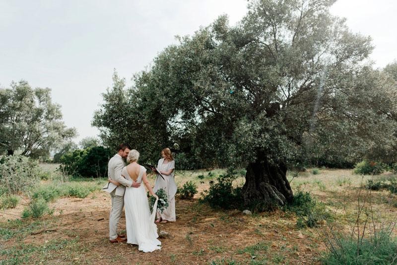 Olivenbaum mit Rednerin und Brautpaar