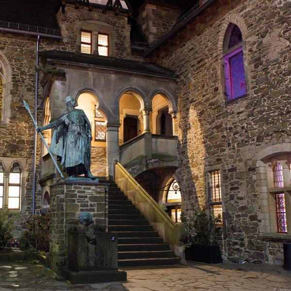 Ritterstatue vor Burg