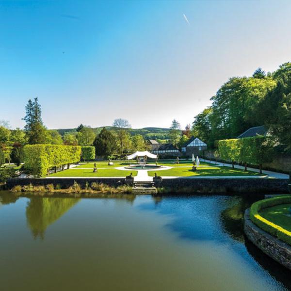 Pavillon für Zeremonie vor Wasserbecken