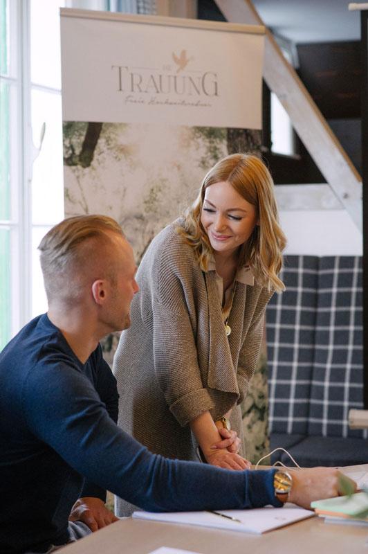 Anne und Christoph in einer Besprechung